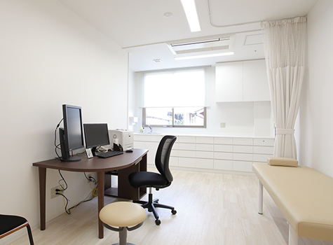 診察室 CONSULTATION ROOM